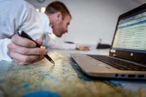 Petter planerar resan på kontoret i Falun.