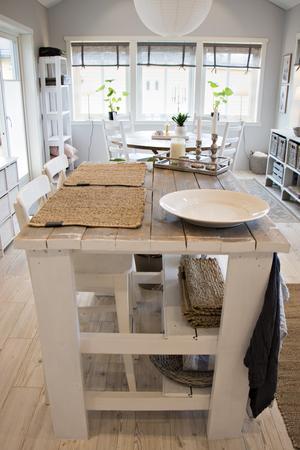 Köksön är ett av Marlénes många hemmabyggen. Virket är sådant som var över sedan de byggde ut huset med det nya köket och matsalen.