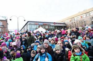 Örnsköldsviks stora torg var så fullt att det knappt gick att ta sig fram när det var dags för Bolibompadraken att äntra scenen.