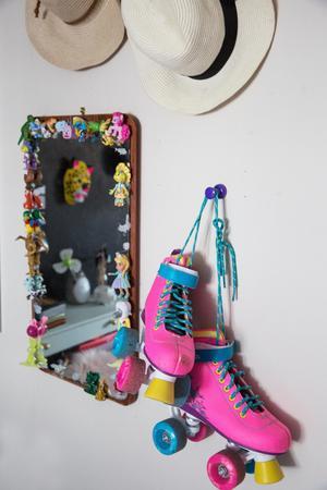 På Toves rum hänger rullskridskorna och frestar till åk. Snart är det vår och då blir det åka av på Slättas gator. Spegeln har Tove dekorerat med leksaker och lim.