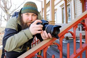 Ett nytt vykorts-fotografi från Nora på gång. Fotografen Björn Dahlfors lär sig mer om sin nya hembygd via kameralinsen.