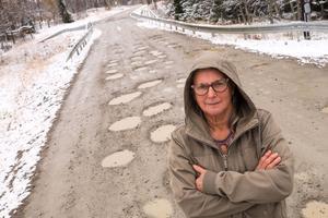 Ann Rosén i Nysätern hör till en av flera boende längs Särvsjövägen som tröttnat på vägens skick.