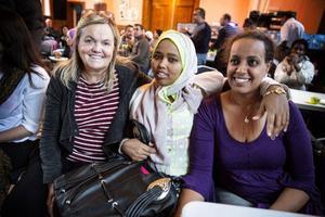 Kerstin Dahlgren, lärare i yrkessvenska på Eductus, sitter tillsammans med omvårdnadsstudenterna Farhiya och Betiel Tesfamikael.