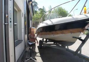 Enligt åklagaren märktes stulna båtar om i Södertäljeföretagarens verkstad. Foto: ur förundersökningen.