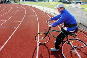 Emil Andersson provar den nya racerunning-cykeln. Det är inga trampor och man spänner fast den runt magen och sparkar framåt.