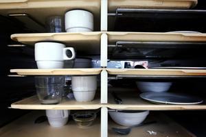 Frukostbrickorna med porslin som ska diskas. Mellanmål och kvällsmål fixar respektive avdelning till patienterna, med varor som beställs från sjukhuskökets lager och förråd.