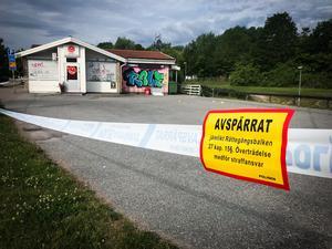 Skottlossningen ska ha ägt runt på parkeringen framför Grytakiosken på Hermelinvägen. Polis bevakar platsen just nu i väntan på tekniker.