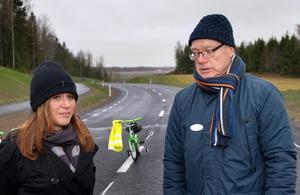 Jazmin Pettersson (S) och Ulf Edvardsson, projekledare på teknik- och fastighetsförvaltningen, vid invigningen av första etappen av nya Gäddeholmsvägen 2013.Foto: Rune Jensen/Arkiv