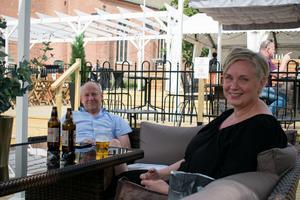 Mats och Marie Forsberg njuter av varsin öl i solen på den nya uteserveringen.