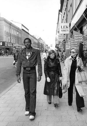 Gått sin egen väg. Richard är nyinflyttad i Örebro 1975 och traskar runt på stan.