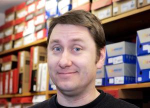 Ägaren Peter Lindblad går från fem till två skobutiker i Ångermanland.