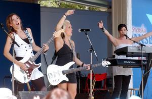 Rockade loss. Basisten Josefine Hansson, Emma Karlsson, gitarr och dragspel och Sara Carlsson på keyboard. Trummisen Sofia Helgesson var skymd på scenen när Face-84 spelade på Grönlandsparken i Malung. Foto: BÖRJE GUSTAFSON