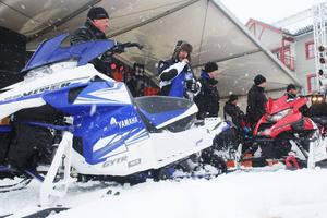 Några av Yamahas 2015-års modeller visas upp på snöscenen i snöblåsten.