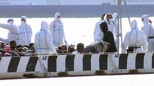 Ännu en mänsklig katastrof har skett utanför Italiens kust. En båt med närmare 1000 flyktingar kapsejsade, över 700 saknas.