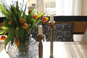 Wenche samlar på vackra ljusstakar. Det finns en sort för varje bord.