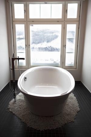 I Thyras, som är den större sviten kan man njuta av ett bad med fjällutsikt.