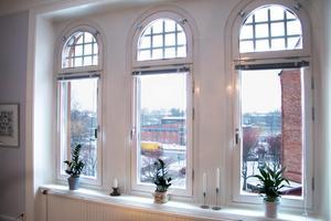 Från de stora fönstren ser han ut över stora delar av södra Gävle och utsikten var en sakerna han föll för i lägenheten.