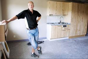 """""""Om allt fortsätter gå som planerat skulle jag gissa att de första boende kan flytta in i slutet av oktober"""", säger Torbjörn Larsson, platschef vid NCC."""