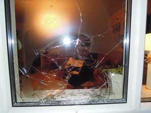 En stor sten kom infarande genom vardagsrumsfönstret en vanlig fredagskväll.