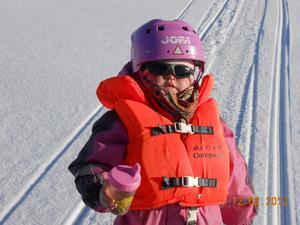 Lilla Samantha 3år följde med mamma,pappa,faster och Tom ut på Mälaren för att åka snöskoter och fyrhjuling, här är det dags för en liten paus med varm choklad, då passade Samantha på att sola lite och njuta av tillvaron lite extra