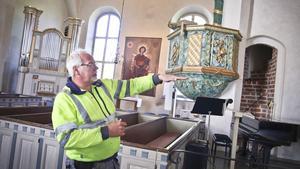 Lars-Göran Sjöling är kyrkovaktmästare och förman för pastoratets samtliga kyrkogårdar.