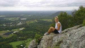 Karin Setterbrant njuter av utsikten på Mount Tibrogargan i Queensland, Australien.