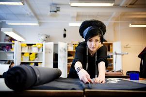 Bara några dagar kvar till modevisningen, men Mikaela Sundström och de andra eleverna på Virginska skolan har jobb kvar att göra.