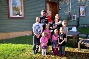 Familjen Meyer är som vilken familj som helst, men något fler. Pappa Göran, 31 och mamma Kim, 29, har åtta barn. Från vänster: Casper 12, Ninni, 1 (i pappas famn), Meja 6 (i mitten), Theo, två månader (i mammas famn), Jonna, 9 (längst till höger), Tove, 3 (längst till vänster), Hilma, 4 och Melvin, 5.