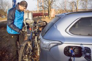 Lech Rademacher, läkare på Avesta lasarett, tvingas parkera bilen i Avesta centrum för att därifrån cykla till sin arbetsplats. Förr kunde han ladda sin bil vid lasarettet. Det går inte längre.