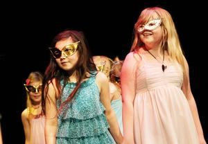 Dansgruppen Glitter dansade i masker till låten Born this way.