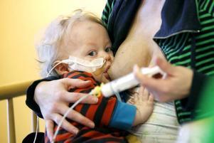 Rufus, 10 månader, har varit en vecka på barnkliniken. På fredagen fick han åka hem. Jag blir så frustrerad när jag hör att man ska försämra vården, säger hans mamma Anna Rydbäck.