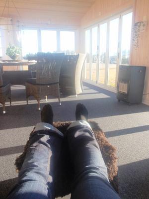 Här sitter jag, Monica Sörell i Norra Veckebo , Korskrogen på min inglasade altan och tittar ut över byn. Solen skiner och kaffet smakar gott!Det är vad jag gör en dag som denna 11/11 kl 11,11!
