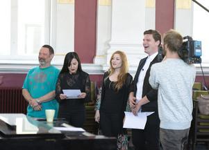 Kurt Carlson, Amanda Orozco, Cosondra Sjoström och Dylan Ratell blir  tv-filmade i mötet med Kjell Lönnå och Sundsvalls Kammarkör. Det är höstens omgång av