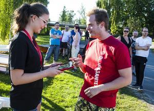 Här anmäler sig Robert Gullberg hos Anna Odelberg inför tävlingen.