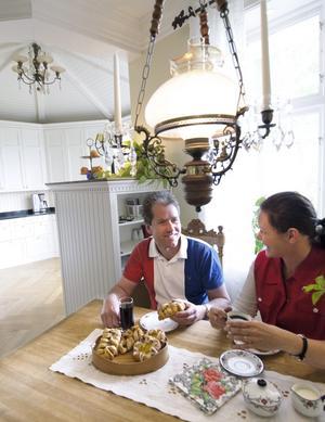 Bilden på första sidan: Lars-Åke och Annica trivs i sitt hus och jobbar ständigt med att renovera utrymme efter utrymme.