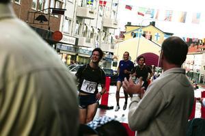 Segrarna. David Frisk i Sportkompaniets andralag som vann Stadsjakten, fick sällskap av sina medtävlare på upploppet. Foto:Johan Källs