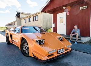 Nicklas Persson med sin Sethera, en ovanlig sportbil som han byggt.