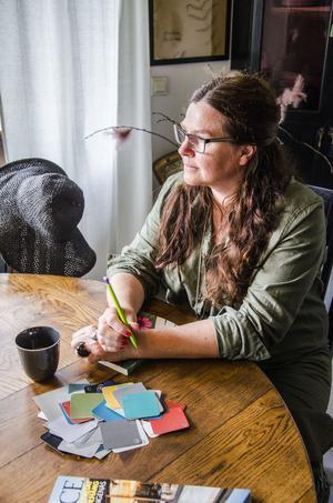 Tillsammans med sambon Thommy har Ingela Lundwall ritat hur huset skulle se ut. Båda är dom kreativa själar. Dessutom jobbar maken som inredningssnickare.