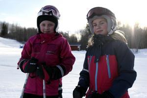 Nelly Öhman och Stina Ingversen gillar Hedebacken. De tror att ännu fler skulle ha kommit hit om snön inte börjat töa bort.