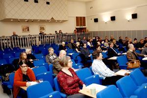 Sverigedemokraterna Elin Jensen, Majlis Telemo och Andreas Larsson på plats vid måndagens fullmäktigesammanträde. Framför dem sitter Ingrid Grahn och Erik Storsveden från Folkpartiet och framför dem Birgitta Liljerås (KD).BILD: BABRO ISAKSSON.