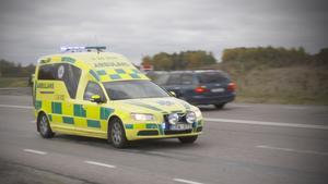 En ambulans om dygnet dras in i Västmanland i sommar, vilket personalen befarar kommer drabba utryckningsverksamheten. Arbetsgivaren är dock säker på att semesterperioden och sommaren klaras utan att varken patienter eller personal kommer att påverkas negativt.
