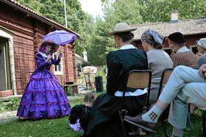 Hembygdsgårdarnas dag i Bergslagen. Bilden är från sommaren 2013. Anita König som Elsa Beskows Tant Gredelin vid hembygdsgården i Fellingsbro.