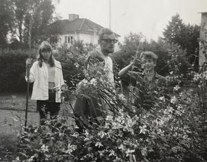 Annelie Nilzon, Olle Andersson och Anders Frisk i trädgården 1967.