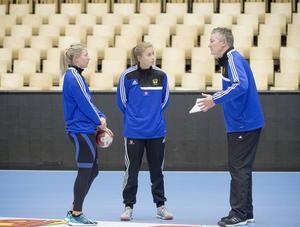 Förbundskapten Thomas Sivertssons ledarstil ifrågasätts efter Sverige uttåg ur handbolls-VM. Här är Sivertsson tillsammans med Johanna Ahlm och Isabelle Gulldén.