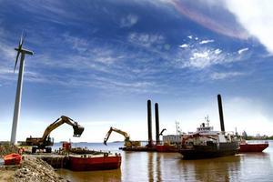 MUDDRINGSVERK. Första steget i muddringen av Gävle hamn är nu igång. Sedan förra veckan ligger ett muddringsverk ute vid Fredrikskans och grävningarna har börjat.
