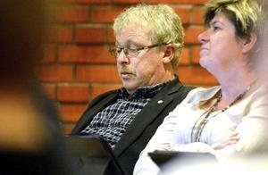 Erik Thunefors i kommunfullmäktige. Nu kliver han av ordförandeposten och funderar på om han ska vara med i Centerpartiet eller inte.