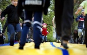 Ellah Wickman-Westlin, 2 år, gillade hoppmattan.