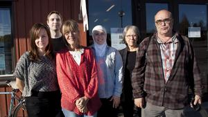Bibliotekets personal ser fram emot 150-årsfirandet på torsdag. Från vänster: Brita Westerman, Oskar Hallbert, Pia Carlsson, Lina Qasoma, Liisa Bergh och Rolf Rydelius.