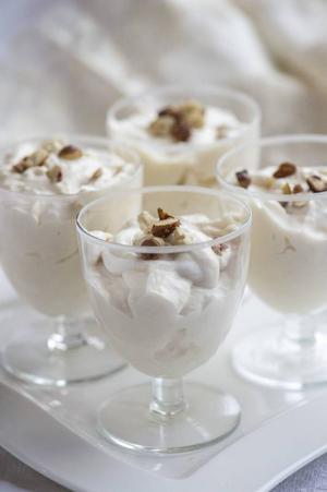 Vintervit dessert med vit choklad och hasselnötslikör. Lent, sött och gott.Foto: Leif R Jansson/TT