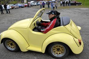 Kort. En av tre minifolkor i landet. Denna ägs av Staffan Gereonsson i Garphyttan. Bilen mäter 2.80 i längd och väger 780 kg. Det är originalspis under huven bak.